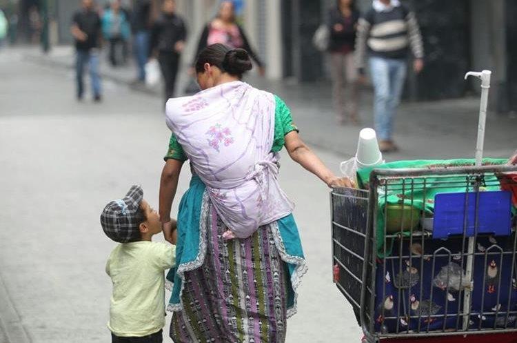 El amor de madre demostrado cada día en medio de los sacrificos. (Foto Prensa Libre: Érick Ávila)
