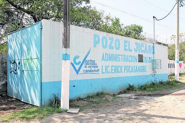 <p>Érick Pocasangre, alcalde de Villa Canales, promociona su nombre en una pared. Algunos postes del municipio también fueron pintados. (Foto Prensa Libre: Paulo Raquec)<br></p>