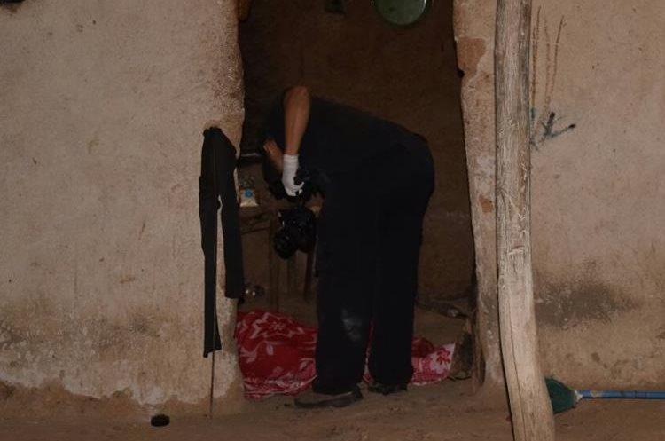 Un perito del MP resguarda el cadáver de Morales Molina. (Foto Prensa Libre: Mario Morales)