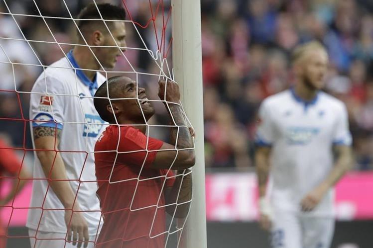 Douglas Costa reacciona tras perder una opción clara para darle el triunfo al Bayern. (Foto Prensa Libre: AP)