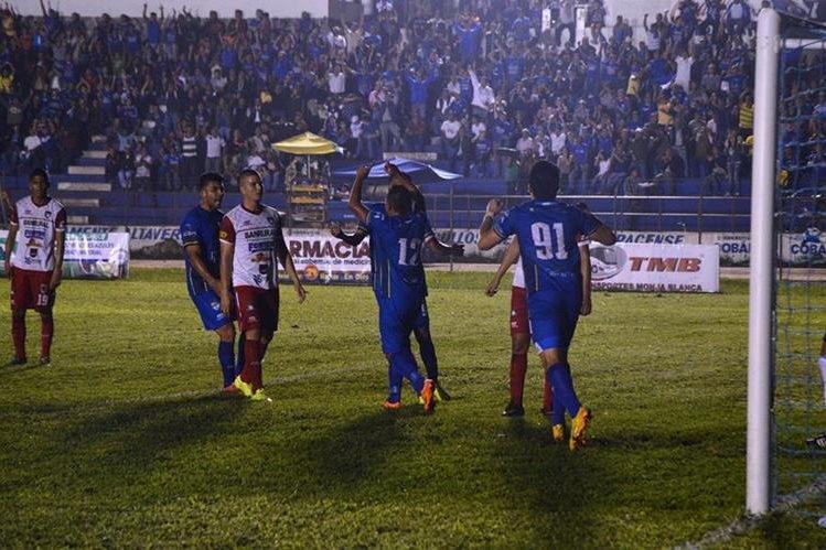 Milton Leal festeja con sus compañeros tras anotar el 1-0 de Cobán frente a Mictlán. (Foto Prensa Libre: Eduardo Sam Chun)