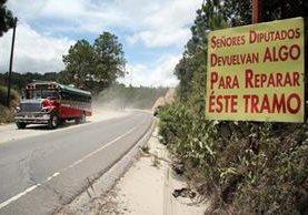 Un cartel a la orilla de la ruta Interamericana en Huehuetenango reclama la inacción de los diputados en favor del departamento. (Foto Prensa Libre: Mike Castillo)