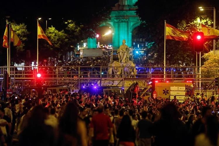 Cibeles se viste de fiesta con los aficionados del Real Madrid. (Foto Prensa Libre: AFP)