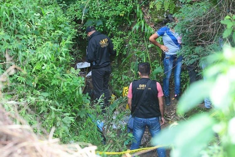 Los cuerpos fueron encontrados en una quebrada. (Foto Prensa Libre: Alvaro Interiano)