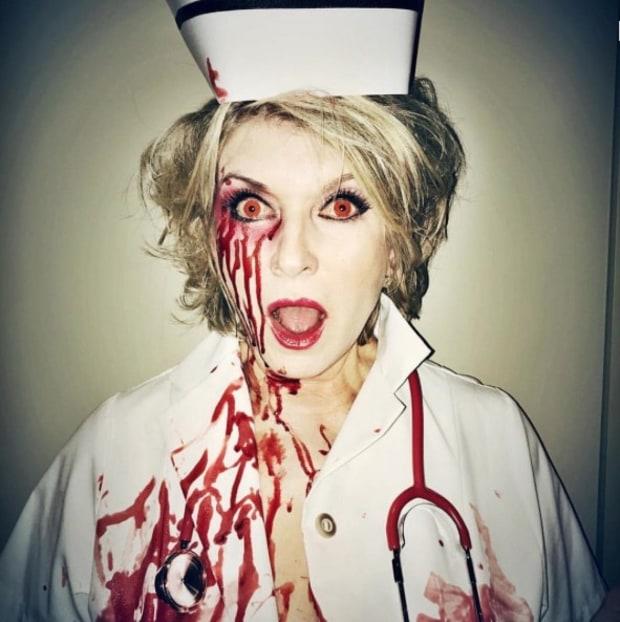 La empresaria y presentadora Martha Stewart dio vida a una ensangrentada enfermera.