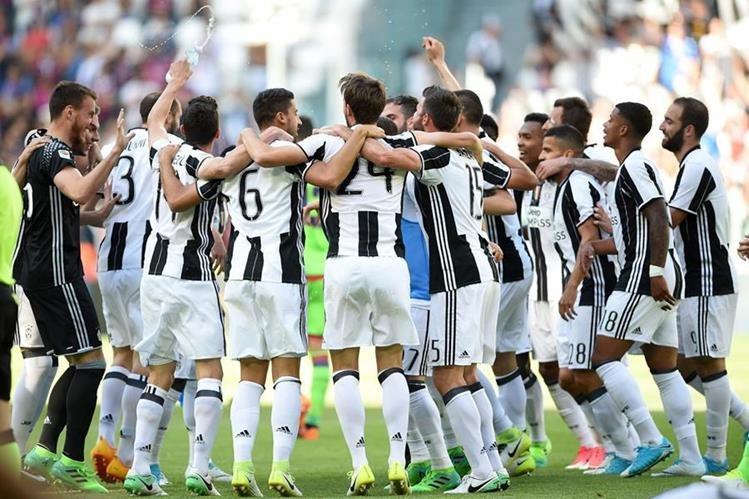 Los jugadores de la Juventus festejan el sexto Scudetto consecutivo, el es equipo con más títulos en Italia. (Foto Prensa Libre: AFP)