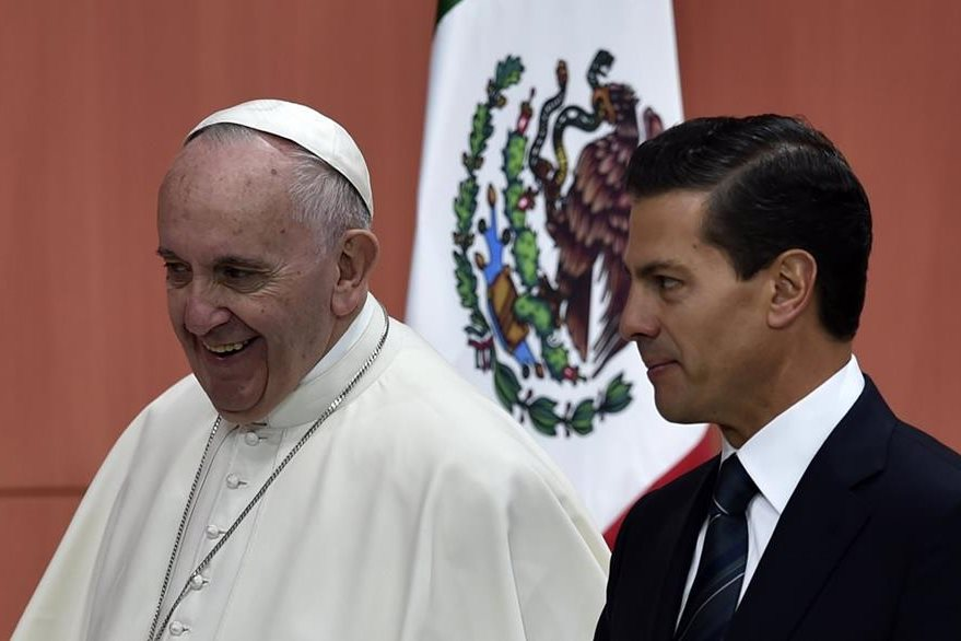 El papa Francisco (izquierda), conversa con el presidente mexicano, Enrique Peña Nieto. (Derecha). (Foto Prensa Libre: AFP).