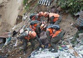 La colonia El Cambray 2 en Santa Catarina Pinula, fue soterrada casi en su totalidad por el desprendimiento de un cerro (Foto Prensa Libre: Hemeroteca PL)