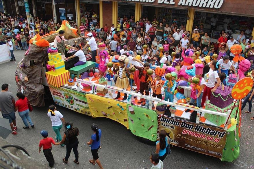 Las coloridas carrozas dan alegría al desfile del Carnaval Mazateco. (Foto: Hemeroteca PL)