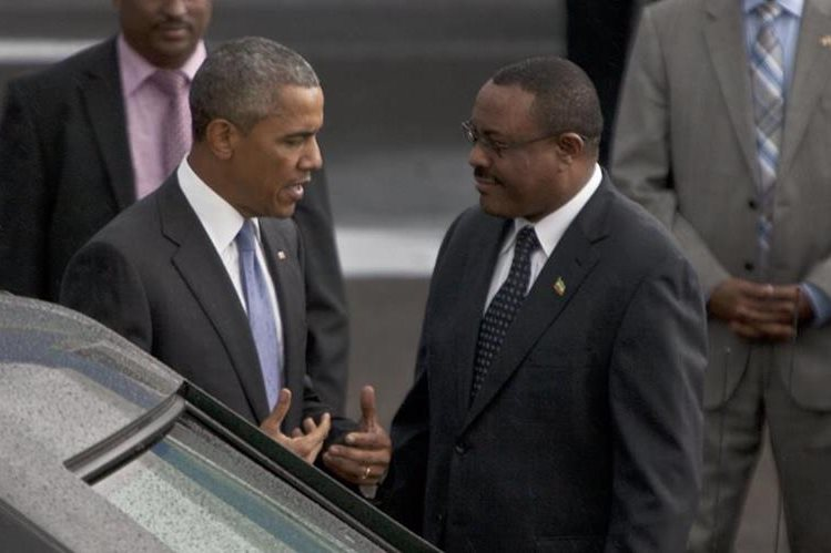 <em>Barack Obama saluda al primer ministro de Etiopía Hailemariam Desalegn a su llegada a ese país. (Foto Prensa Libre: AP).</em>