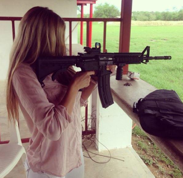 Fotografía que muestra a Salas apuntando con un fusil en un polígono de tiro. (Foto: IleanaSalasl).