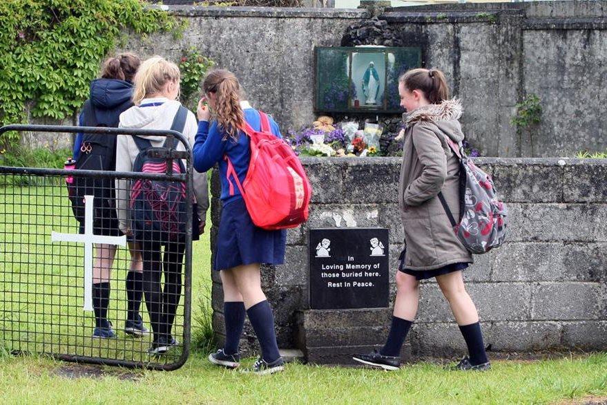 Un grupo de escolares ingresa a la Commission on Mother and Baby Homes en Tuam, Condado de Galway.(AFP).
