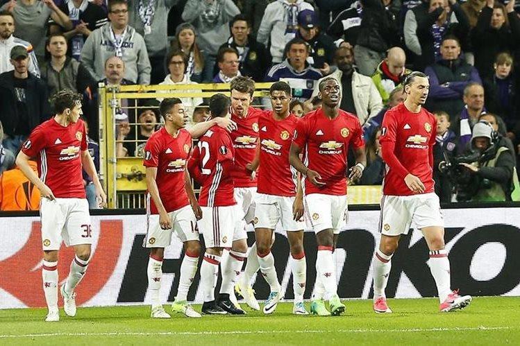 Los jugadores del Manchester United celebran el gol contra el Anderlecht en la ida de los cuartos de final de la Europa League. (Foto Prensa Libre: EFE)