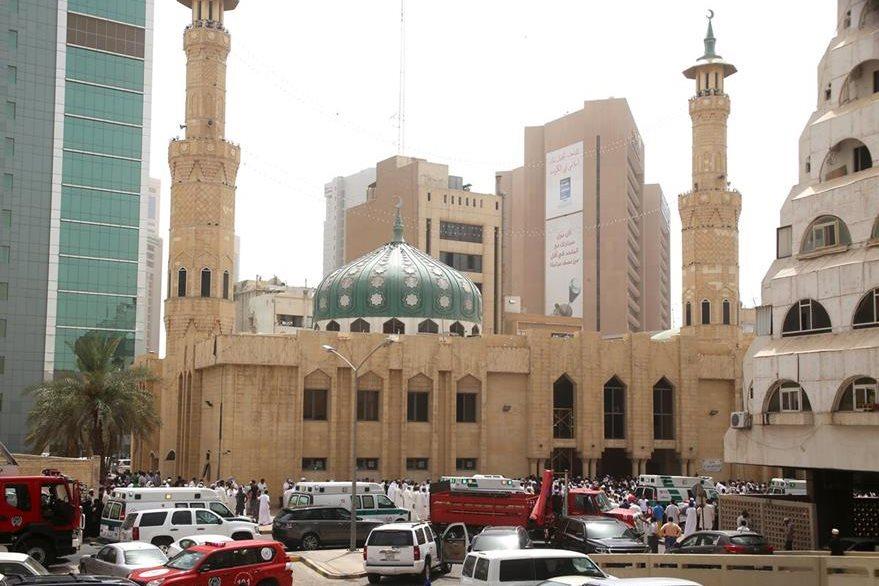 La seguridad kuwaití vigila las afueras de la mezquita donde ocurrió el terrible atentado que mató a 25 personas en Kuwait. (Foto Prensa Libre: AFP).