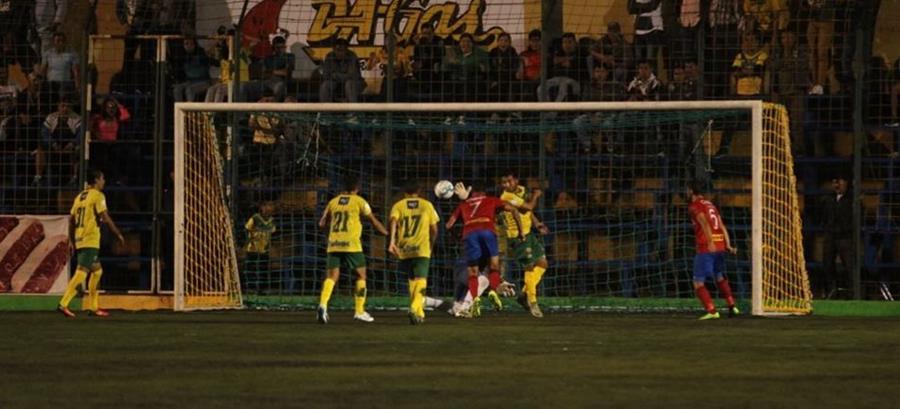 El panameño Blas Pérez marcó el gol del empate con este cabezazo dentro del área antes del final del primer tiempo. (Foto Prensa Libre: Jorge Ovalle)