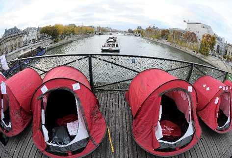 treinta y una carpas fueron instaladas en París como una medida en contra de las políticas de la protección de los  que no cuentan con  alojamiento.