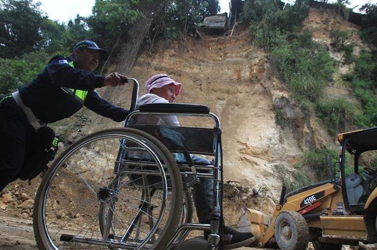 El 14 de septiembre último ocurrió un derrumbe en la ruta y varias personas tuvieron que caminar para trasladarse hacia Boca del Monte. (Foto Prensa Libre: Hemeroteca PL)