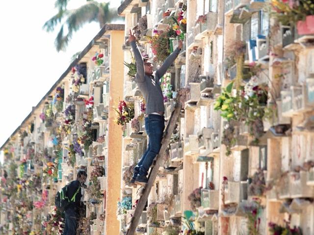 Decenas de personas decoran los nichos de sus seres queridos, por el Día de los Santos.