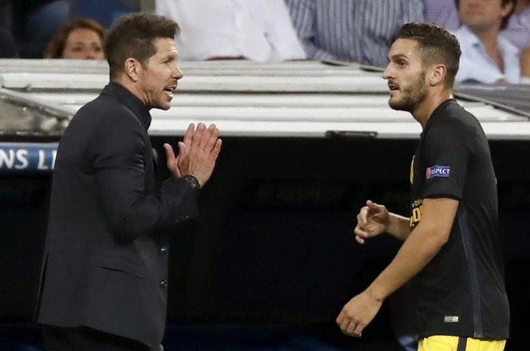 El técnico Diego Simeone da instrucciones a Koke Resurrección.