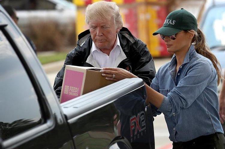 Donald y Melania Trump llegan en picop a entregar donativos para víctimas de Tormenta Harvey en Texas.