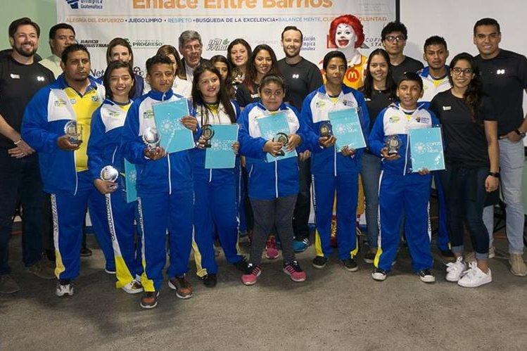 Atletas de alto rendimiento posan junto a los atletas destacados del Funog. (Foto Prensa Libre: Cortesía Funog)