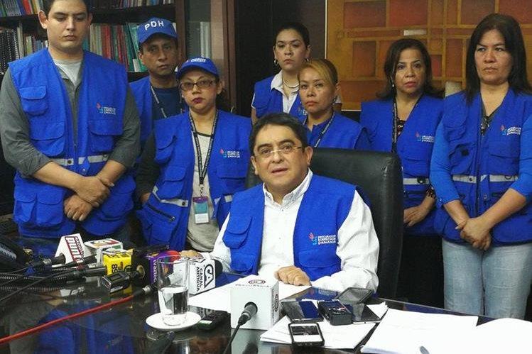Jordán Rodas, procurador de los Derechos Humanos, y personal de la institución, en conferencia de prensa. (Foto Prensa Libre: Geovanni Contreras)
