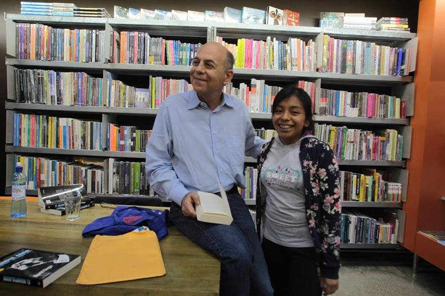 Los lectores aprovecharon para tomarse fotos con el autor guatemalteco David Unger. (Foto Prensa Libre: Ángel Elías)