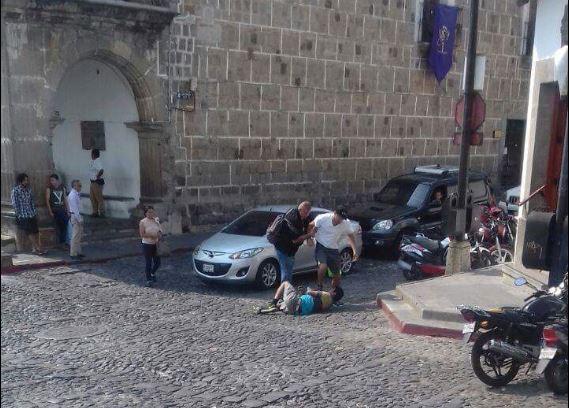 Momento en que el extranjero agrede al supuesto guia de turismo. (Foto: redes sociales)