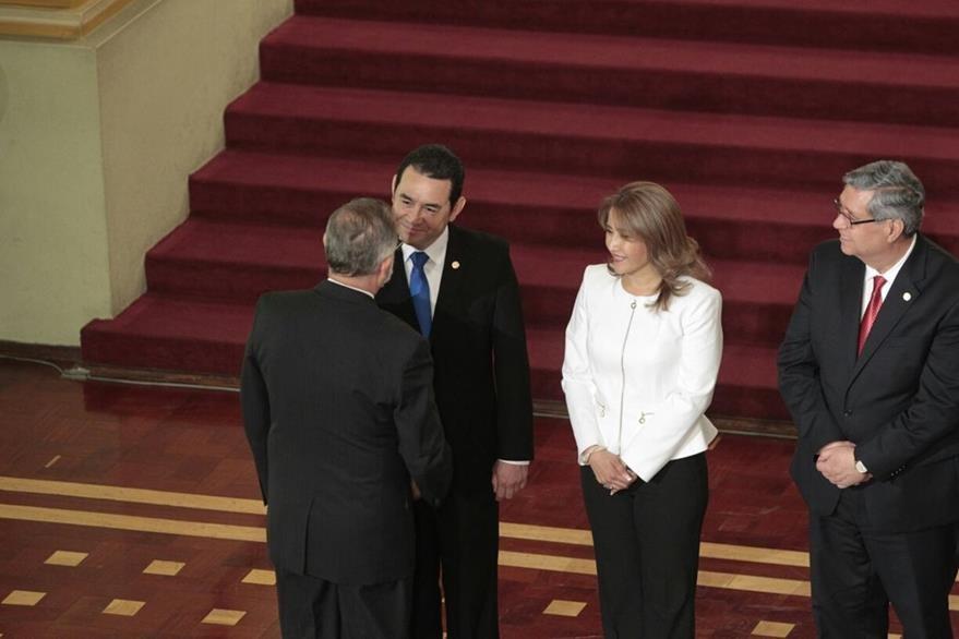 Iván Velásquez, director de Cicig, y Jimmy Morales, presidente de la República, se saludan en un acto protocolario en el Palacio Nacional de la Cultura. (Foto Prensa Libre: Carlos Hernández)