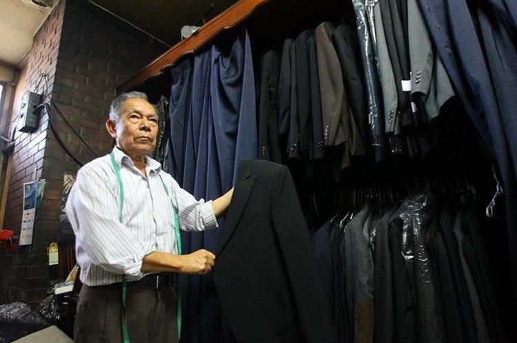 Al menos 200 trajes de diferentes estilos y tamaños están disponibles para la renta. (Foto Prensa Libre: Álvaro Interiano)