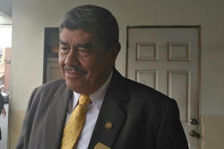 Carlos Mencos, jefe de la Contraloría General de Cuentas, indicó que se solicitará al Ministerio de la Defensa que se modifique el acuerdo con el que se creó el bono de responsabilidad. (Foto Prensa Libre: La Red)