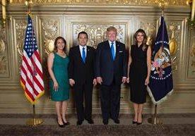 Gobernante de EE. UU. concedió foto de cortesía, sin carácter oficial.
