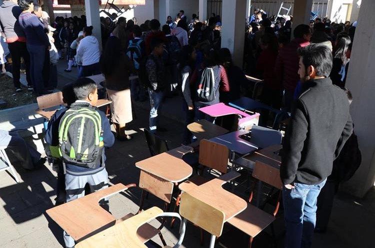 Durante el primer día de clases, estudiantes llevaron su escritorio. (Foto Prensa Libre: Whitmer Barrera)