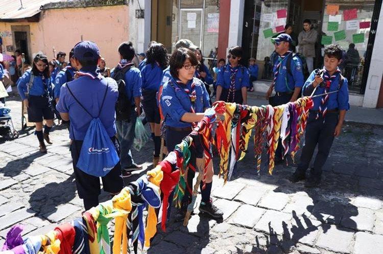 Los jóvenes que pertenecen a los Scouts en Xela portaron el traje que los identifica y explicaron parte de sus funciones. (Foto Prensa Libre: María Longo)