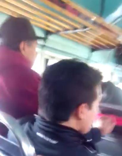 El pasajero se levanta de su asiento para decirle al piloto que baje la velocidad. (Foto tomada del video)