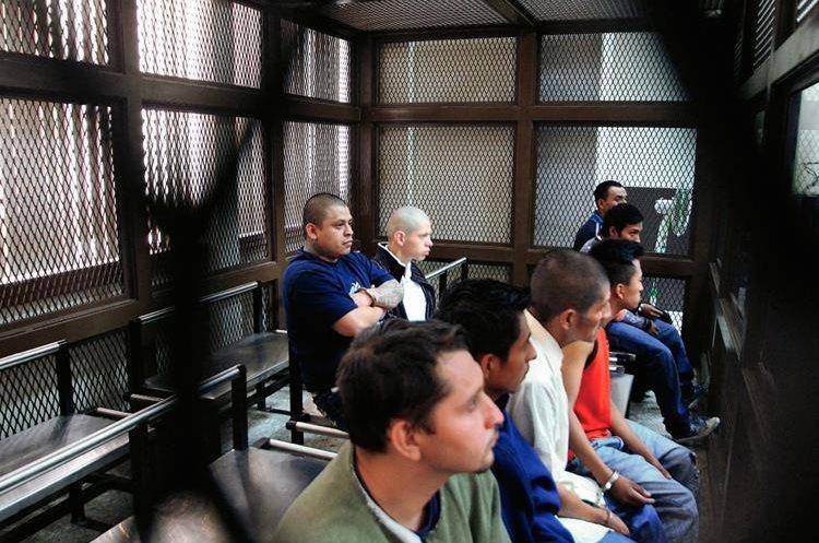Los acusados  asisten a la audiencia. (Foto Prensa Libre: Erick Ávila)