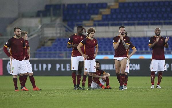 Los jugadores de la Roma se lamentan por la derrota. (Foto Prensa Libre: AP)