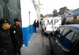 Policías custodian el ingreso a la correcional Gaviotas en la zona 13. (Foto Prensa Libre: Estuardo Paredes)
