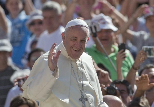 <em>El Papa saludando durante la audiencia general en la Plaza San Pedro.</em>