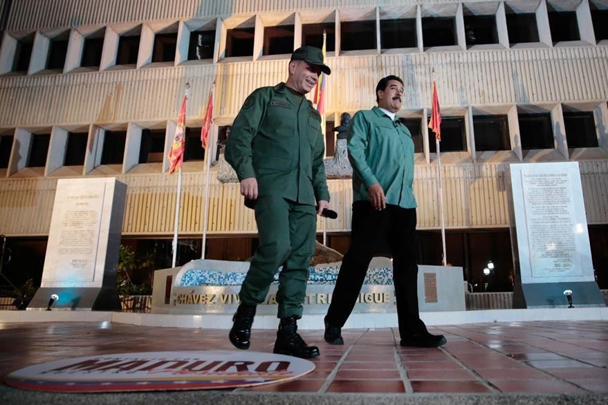Nicolás Maduro (der.) se aferra a los militares en medio del caos económico en Venezuela. (Foto Prensa Libre: AFP).