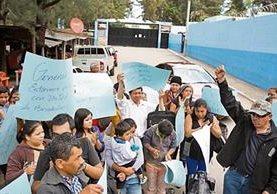 Un grupo de personas protesta a favor de Efraín Ríos Montt afuera del Hospital Federico Mora.