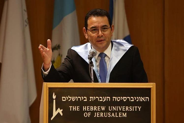 El presidente Jimmy Morales recibió esta semana el Doctorado Honoris Causa, en Israel. (Foto Prensa Libre: AFP)
