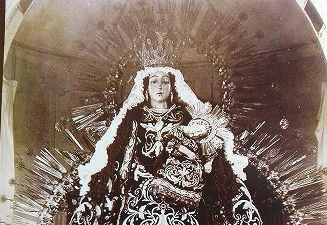 La Virgen del Rosario portando la corona a finales del siglo XIX. (Foto: Cofradía del Rosario)