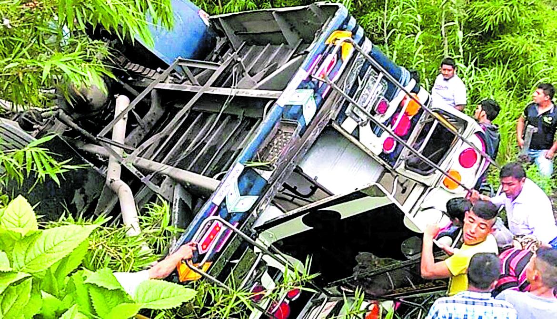 El 31 de julio pasado un accidente de bus en la Democracia, Huehuetenango dejó 30 heridos.(Prensa Libre: Hemeroteca PL)