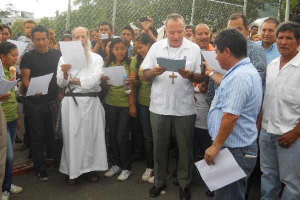 Obispo de Tapachula, Leopoldo González —derecha—, y delegados de iglesias de Chiapas.