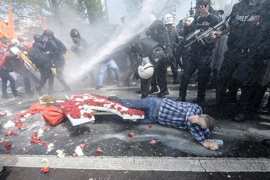 Un hombre yace en el suelo después que la Policía dispersara la manifestación con camiones de agua en Estambul. (Foto Prensa Libre: AFP).