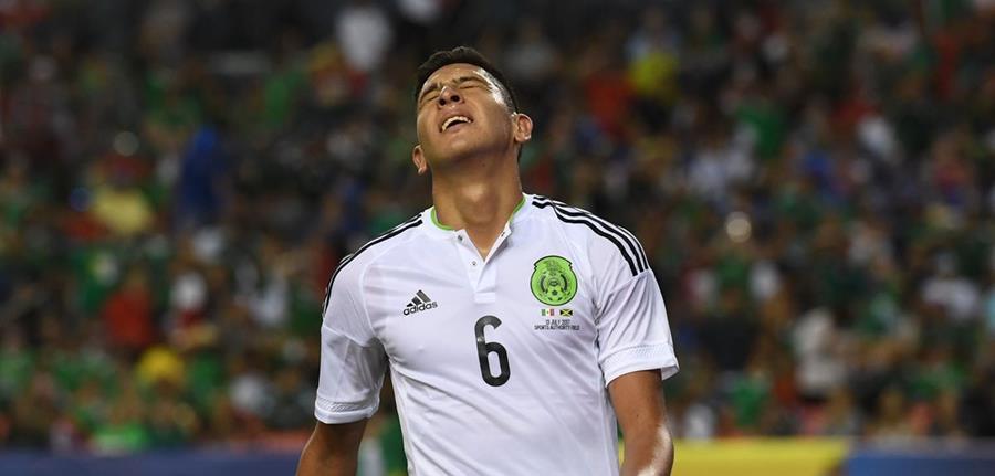 El mexicano Edson Álvarez se lamenta después de no poder anotar en una acción en ataque. (Foto Prensa Libre: AFP)
