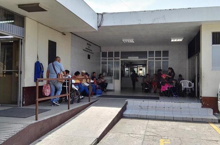 Personas reciben servicios en las clínicas del Instituto Nacional de Cancerología. (Foto Prensa Libre: Roni Pocón)