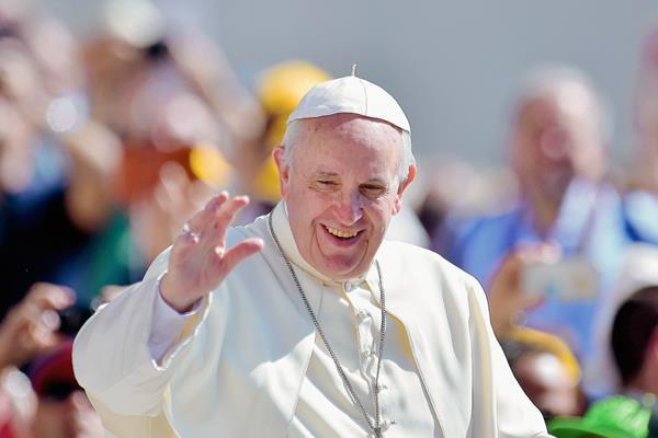 El papa Francisco saluda a la multitud a su llegada a la audiencia general en la plaza de San Pedro en el Vaticano (Foto Prensa Libre:AFP)