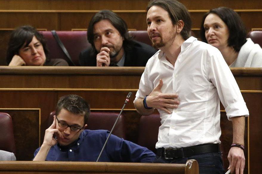 El líder de Podemos, Pablo Iglesias, durante su intervención en el debate desarrollado en el congreso español. (Foto Prensa Libre: EFE).